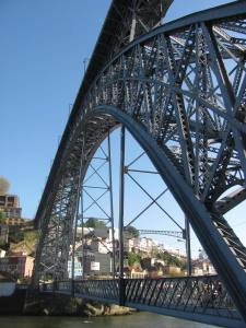 The Dom Luis I bridge with upper and lower levels for crossing.